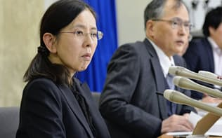 過労自殺訴訟で和解し、記者会見する森美菜さんの母の祐子さん(左)と父・豪さん(8日午後、厚労省)=共同
