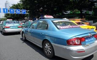 広州市内を走るタクシー。配車サービスの競争がアジアを主戦場に激しくなっている