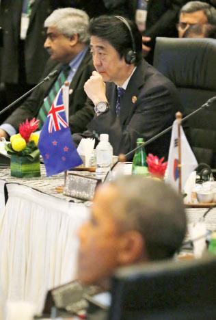 東アジアサミットに出席した安倍首相。手前はオバマ米大統領(11月22日、クアラルンプール)=共同