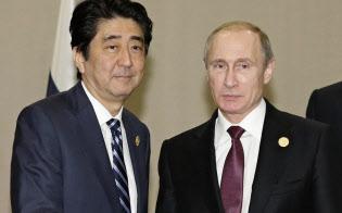 安倍首相は伊勢志摩サミットに向けて、春のロシア訪問を検討している(2015年11月、トルコ・アンタルヤでロシアのプーチン大統領と会談)=共同