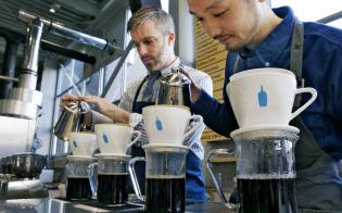 米ブルーボトルコーヒーは手で1杯ずつコーヒーを入れる丁寧さが日本でも支持された(東京都江東区)