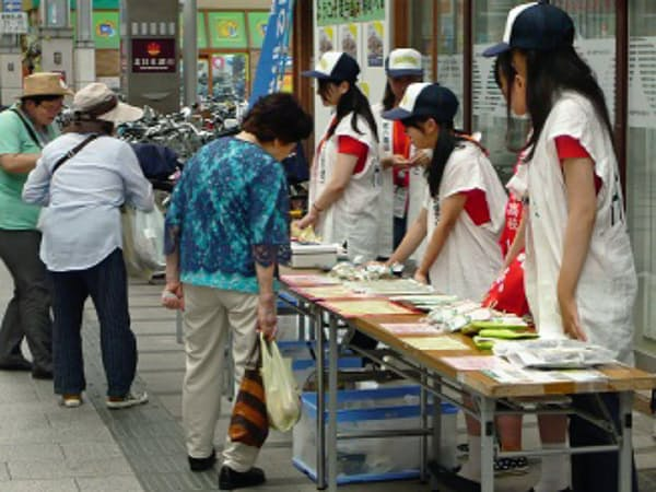 盛岡市で商品を売る生徒たち=八幡商業高校提供