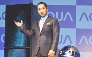冷蔵庫の前面がディスプレーになっている新製品(左)や移動する冷蔵庫を紹介するハイアールアジアの伊藤社長(2日)