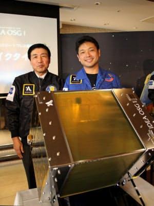 OSGの石川則男社長(左)とアストロスケールの岡田CEO(15日、愛知県豊橋市)