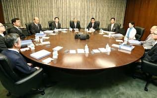 金融政策決定会合に臨む日銀の黒田総裁(中央)ら(2015年12月19日、日銀本店)=共同