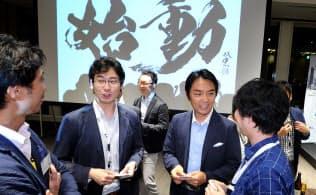 「始動ネクストイノベーター2015」の懇親会で参加者と談笑する伊佐山元WiL共同創業者CEO(右から2人目)=東京都港区