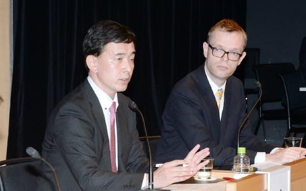 パネル討論するフィナンシャル・タイムズのロビン・ハーディング東京支局長(右)と日本貿易振興機構の助川成也海外地域戦略主幹(17日、東京・大手町)