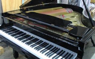 ピアノは中古品も値上がり傾向だ(東京都内の中古品店)