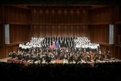 佐渡裕が兵庫芸術文化センター管弦楽団を指揮した(11日、県立芸術文化センター)=写真 飯島 隆