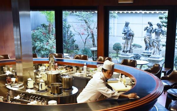 大きな円形カウンターが目を引くイノダコーヒ三条支店(京都市中京区)