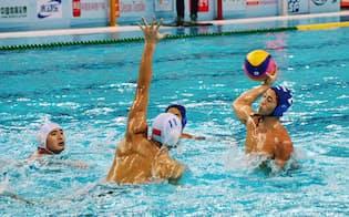 アジア選手権の中国戦で攻める日本チーム(右)。快勝した日本は32年ぶりの五輪出場を決めた=共同