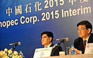 決算会見に臨む中国石油化工の王玉普董事長(8月、香港)