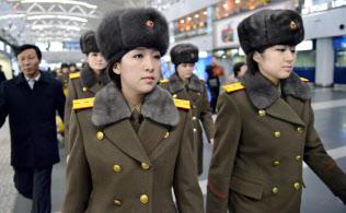 北朝鮮へ帰国するため、北京国際空港に到着した牡丹峰楽団のメンバー(12日)=共同