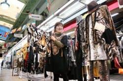 ヒョウ柄好きが高じて店を刷新した「なにわ小町」の高橋店長(大阪市浪速区)