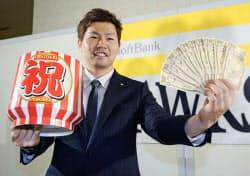 契約更改を終え、笑顔でポーズをとるソフトバンクの中村晃(22日、ヤフオクドーム)=共同