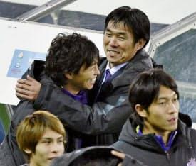 3位決定戦で広州恒大に逆転勝ちし、佐藤(左)と抱き合って喜ぶ森保監督=共同