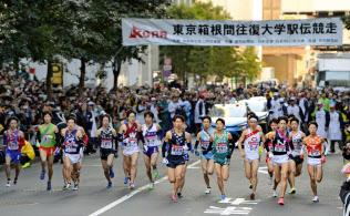 東工大では16年度、新たな大学改革が始まる(東京箱根間往復大学駅伝で、一斉にスタートする選手たち、15年1月2日、東京・大手町)