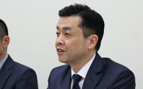 記者会見をする塙圭二社長(24日、東証                                                         )