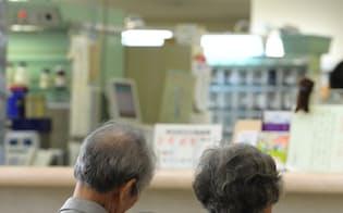病院の待合室で順番を待つ高齢者(大阪府内)