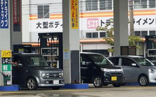 原油安を映す形でガソリンも安くなっている(東京都内の給油所)
