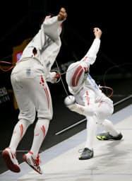 男子エペ決勝で伊藤心(左)を下し優勝した見延和靖(25日、駒沢体育館)=共同
