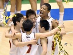 土浦日大を破って3年連続4度目の優勝を果たし、喜ぶ八村塁(右奥)ら明成の選手たち(29日、東京体育館)=共同