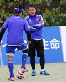 選手にボールタッチの指導をする高田・ブラインドサッカー日本代表監督(右)