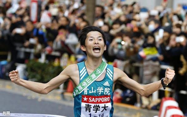 1位でゴールする青学大のアンカー・渡辺利典(東京・大手町)=共同
