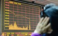 取引が全面停止され、上海株価の値動きが止まった証券会社の電光掲示板(4日、北京)=共同