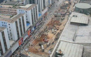 開発が続く深圳市街などから出た残土は、危険性を無視して事故現場にうず高く積み上げられた(2015年1月、深圳市中心部で)