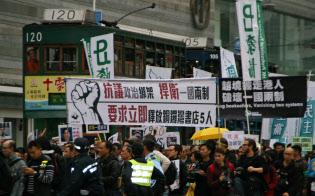 銅鑼湾書店関係者の釈放を求める香港民主派のデモに参加した市民は「一国二制度を守れ」と訴えた(1月10日)