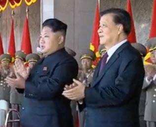 金第1書記(左)と中国序列5位の劉雲山氏(右、15年10月の平壌での軍事パレード、中国中央テレビの映像から)