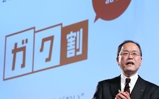 新商品・サービスを発表するKDDIの田中社長(12日、東京都中央区)