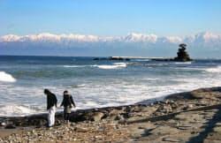 富山県は外国人にも人気のある立山黒部などの山岳観光と、「世界で最も美しい湾クラブ」に加盟する富山湾を抱える(高岡市の雨晴海岸)