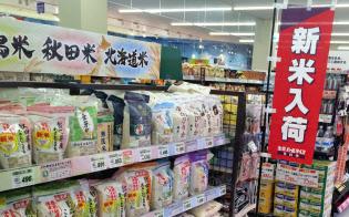 あきたこまちを売り場の中心に据える小売店は多い(新米商戦序盤の2015年10月、東京都内のスーパー)