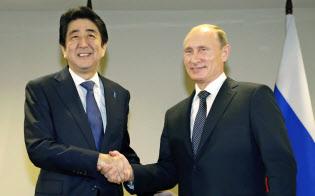 ロシアのプーチン大統領(右)と握手する安倍首相=共同