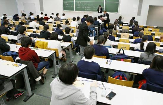 大学入試センター試験に臨む受験生(1月16日、東京都千代田区の法政大)=共同