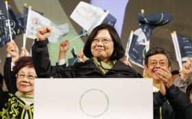 台湾総統選挙で当選が確実となり、支持者の声援に応える民進党の蔡英文主席(16日夜、台北)=写真 沢井慎也