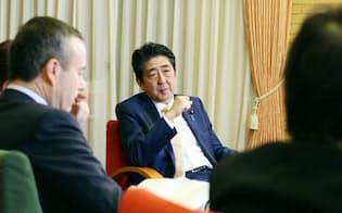 安倍首相は中国の東シナ海や南シナ海での活動に懸念を示した(16日、首相公邸)