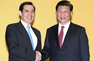 首脳会談を前に握手を交わす台湾の馬英九総統(左)と中国の習近平国家主席(2015年11月、シンガポール)=共同