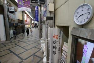 午後8時を過ぎると土産物店などのシャッターが下りて、閑散とする東向商店街(奈良市)