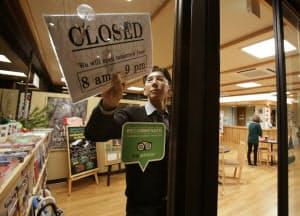 外国人観光客向けの奈良県猿沢インは午後9時まで開けている(奈良市)