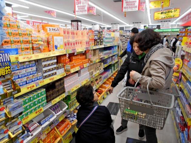 小林製薬の商品は中国人に人気だ(大阪市のツルハドラッグ戎橋店)