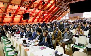 先進国から途上国まで、意見の違いを越えて温暖化防止のための目標に向けて取り組むことになった COP21閣僚級会合の会場=12月7日、パリ郊外(共同)