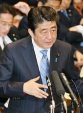 参院決算委で答弁する安倍首相(21日)