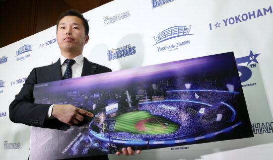 横浜スタジアムのイメージ図を手にするDeNAベイスターズの池田社長(1月21日午後、横浜市中区)