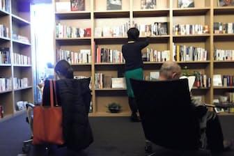 アカデミーヒルズでは30代のビジネスパーソンに向けて蔵書を整備する(東京都港区)