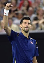 男子シングルス3回戦でポイントを奪い、ガッツポーズするノバク・ジョコビッチ(22日、メルボルン)=共同