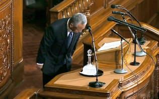 衆院本会議で経済演説を終え、頭を下げる甘利経財相(22日午後)