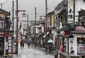 名物の出石そば店や土産物店が並ぶ古い街並み
